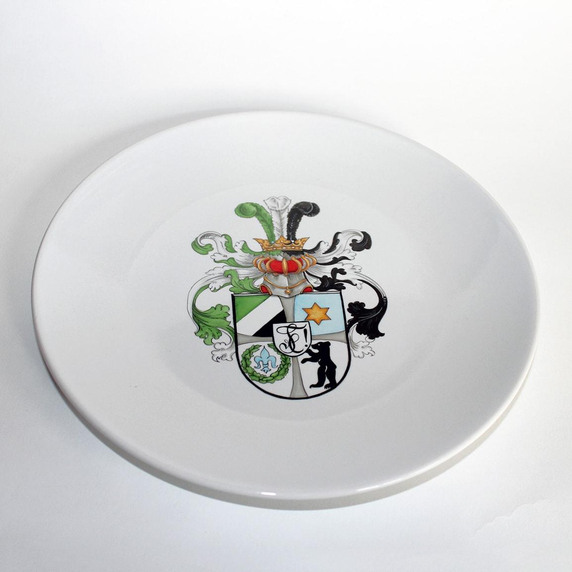 Porzellanteller mit handbemaltem Wappen